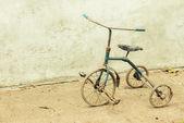 Antiguo triciclo desvencijado — Foto de Stock