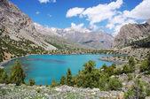 Bergmeer in de achtergrond met hoge berg — Stockfoto