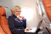 Businesswomanon conseil d'avion — Photo
