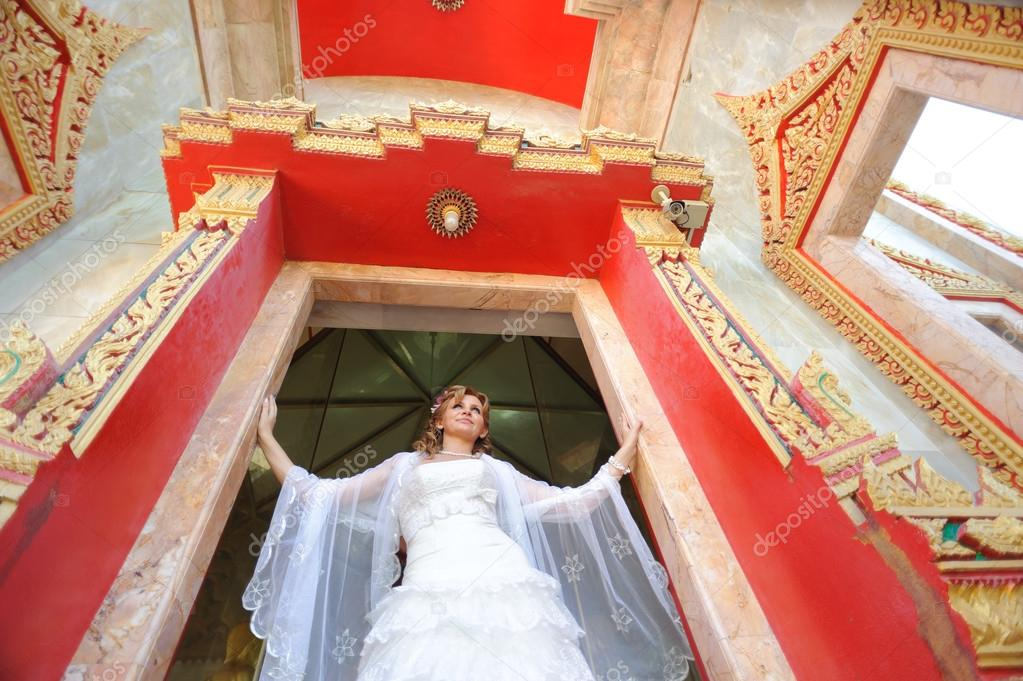Bridal portrait of a beautiful model near temple on Phuket, Thailand — Stock Photo #13488741