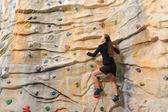 Biznes kobieta na skalnej ściany — Zdjęcie stockowe