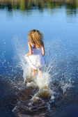 白いドレスの若い女性 — ストック写真