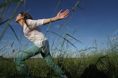 Woman run through grass — Stock Photo
