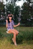 žena na houpačce — Stock fotografie