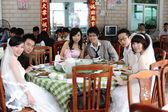 Wedding couples dining in ShenZhen — Stock Photo