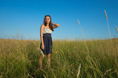 Woman stand in grass field — Stock Photo