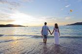Jovem casal na praia — Foto Stock