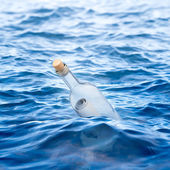 Bottle with a letter swims in the sea — Stock Photo