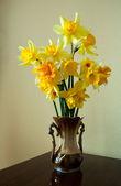 Blumenstrauß gelbe narzisse auf hintergrund — Stockfoto
