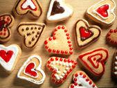 Soubory cookie na pozadí dřevěný stůl ve tvaru srdce — Stock fotografie
