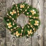 Christmas wreath on the wood door — Stock Photo