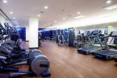 Ginásio de fitness com equipamento desportivo — Foto Stock