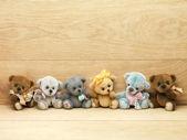 木制背景上的玩具熊 — 图库照片