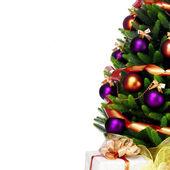 Dekorerad julgran på vit bakgrund — Stockfoto