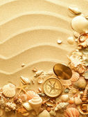 Sea shells and old compass with sand — Foto Stock