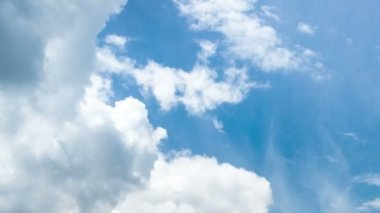 Time lapse clip of white fluffy clouds over blue sky — Stock Video