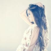 Retrato de uma menina muito jovem com cabelo comprido saudável — Fotografia Stock