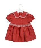 Geïsoleerde opknoping rode jurk meisje — Stockfoto