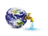 关于行星地球滴水的水龙头 — 图库照片