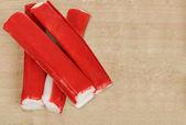 свежие крабовые палочки на деревянный стол — Стоковое фото