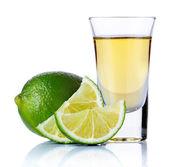 Ouro dose de tequila com limão isolado no branco — Foto Stock
