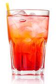 Alkohol czerwony koktajl z lodu i słomy na białym tle — Zdjęcie stockowe