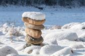 Pietre in equilibrio sulla costa d'inverno sotto la neve — Foto Stock