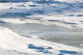 O rio congelado com gelo e geadas close-up — Fotografia Stock