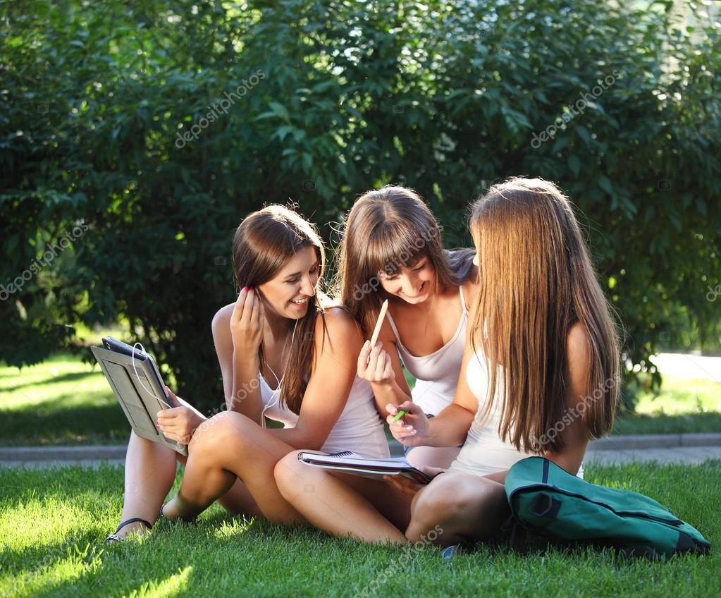 Young girls  Happy young girls study in a park — Stock Photo #12125785