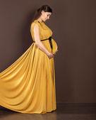 快乐孕妇在美丽的长裙子 — 图库照片