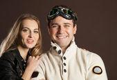 木の葉背景上のレトロなスタイルの服の若いカップル — ストック写真