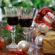 Glasses of red wine in front of Christmas tree - Lizenzfreies Foto