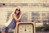 Blond tjej på skadade bensinstation — Stockfoto