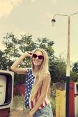 Blond dziewczyna trzyma ręce na jej okulary — Zdjęcie stockowe