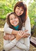 Mladá usměvavá žena se svou dospívající dcerou — Stock fotografie