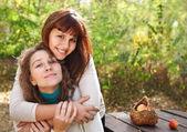 Joven sonriente con su hija adolescente — Foto de Stock