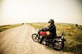 Motard sur la route de campagne — Photo