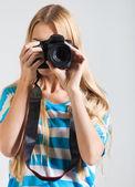 Fotógrafo mujer creadora toma fotos — Foto de Stock