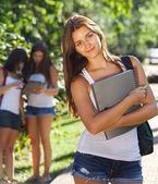 Mutlu genç öğrenciler açık havada — Stok fotoğraf