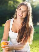 Piękna, młoda dziewczyna z otwartym uśmiechem — Zdjęcie stockowe