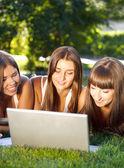 Bir dizüstü bilgisayar kullanarak mutlu genç öğrenci kızlar — Stok fotoğraf