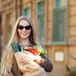 Young woman with shopping bag — Photo