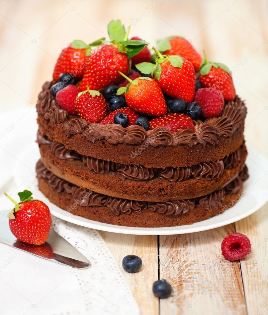 Easy Cake Decoration Ebook : Bolo de chocolate com glac? e bagas frescas ? Fotografias ...