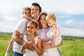 счастливая молодая семья с тремя детьми — Стоковое фото