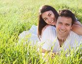 Joven pareja feliz en el amor en primavera — Foto de Stock