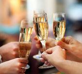 Firandet. hålla glas champagne — Stockfoto