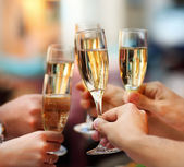 Viering. bedrijf glazen van champagne — Stockfoto