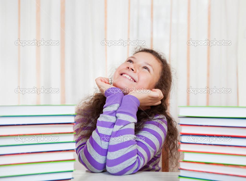 一堆堆的书的小女孩