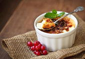 Creme brulee (cream brulee, burnt cream) — 图库照片