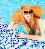 Pretty blond woman in a swimming pool — Stock Photo